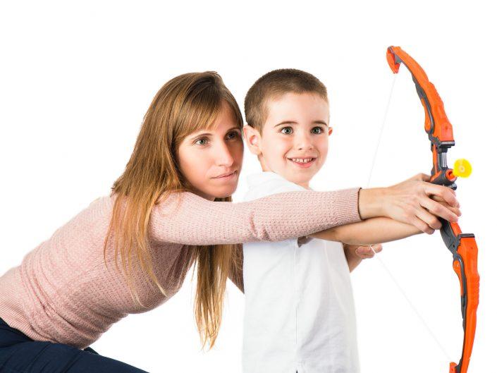 צילום צעצועים אמנון חורש חץ וקשת ילד ואמא